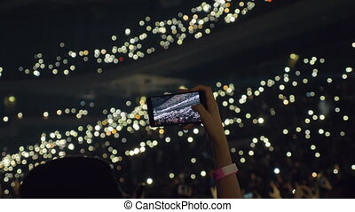 femme, concert, mobile, prendre, lumières, audience, vidéo, salle