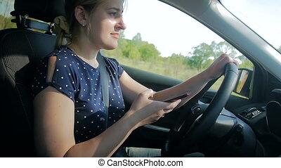 femme, conduite, mobile, dangereux, jeune, mouvement, téléphone, quoique, lent, vidéo, dactylographie, message, voiture