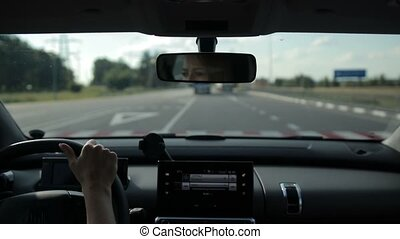 femme, conduite, voiture, jeune, lumière soleil, autoroute