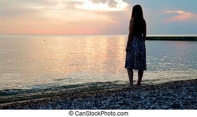 femme, coucher soleil, regarder