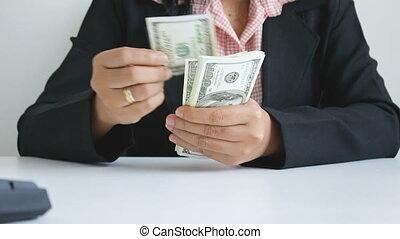 femme, coup, billet banque, note, dollar, haut, mains, fin, dénombrement