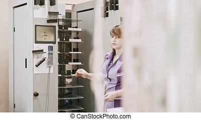 femme, coup, fonctionnement, maison, industrie, détecteur mensonge, -, machine, glisseur, impression, dossier