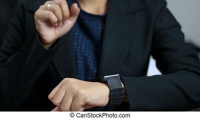 femme, coup, montre, haut, mains, fin, utilisation, intelligent