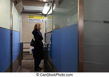 femme, coup, stands, jeune, point de contrôle, growth., aéroport., sécurité