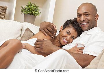 femme, &, couple, américain, homme africain, heureux