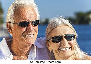 femme, couple, exotique, mer, homme aîné, heureux