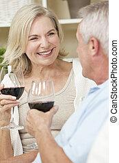 femme, &, couple, homme, maison, personne agee, heureux, vin buvant