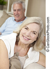 femme, &, couple, maison, homme aîné, sourire heureux