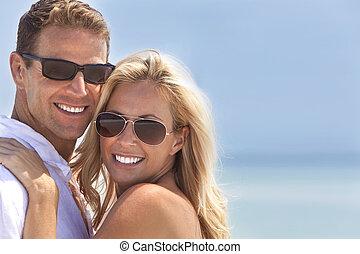femme, &, couple, séduisant, heureux, plage, homme