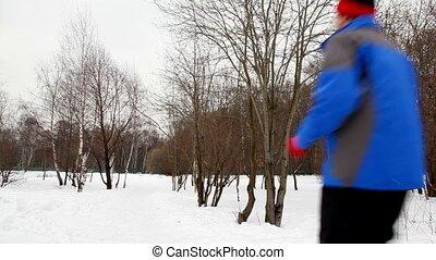 femme, course, hiver, côté, neige, forêt, bouleau, homme