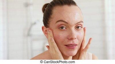 femme, demande, elle, moisturiser, figure, miroir