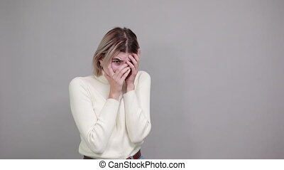 femme, derrière, percé, regarder, doigts, tête, main, vêtements, désinvolte, par