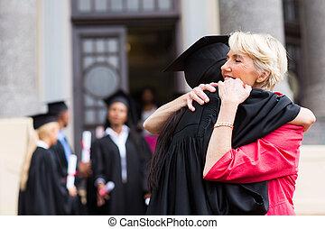 femme, diplômé, jeune, étreindre, mère