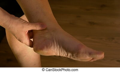 femme, douleur, étirage, cheville, souffrance, closeup, pied, masser