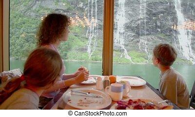 femme, elle, asseoir, fenêtre, gosses, devant, table, manger
