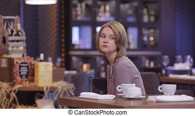 femme, elle, assis, attente, table, homme