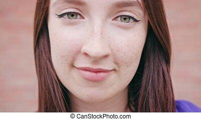 femme, elle, cheveux, brunette, sourire, caresser, heureux