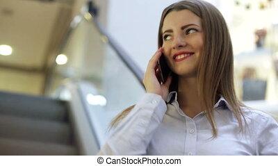 femme, elle, conversation, jeune, téléphone portable, centre commercial, sourire