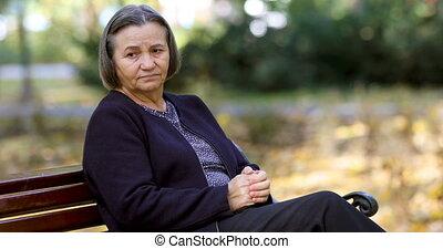 femme, elle, frottement, dehors, inquiété, mains, personne agee
