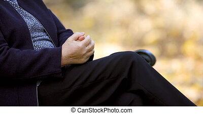 femme, elle, frottement, mains, closeup, dehors, personne agee