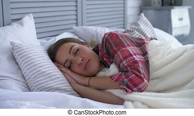 femme, elle, haut, réveiller, chambre à coucher, sourire heureux