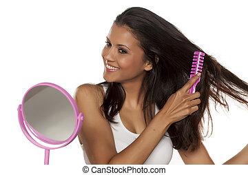 femme, elle, jeune, longs cheveux, peigne, heureux