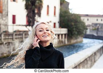femme, elle, lancer, jeune, longs cheveux, blonds, heureux