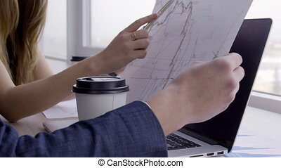 femme, elle, paper., mains, diagramme, stylo, bureau, spectacles, homme