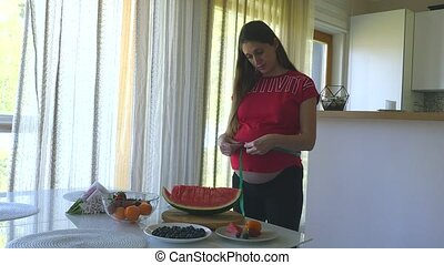 femme, elle, pregnant, mesurer, jeune, ventre