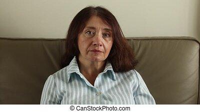 femme, elle, séance, sofa, portrait, personne agee