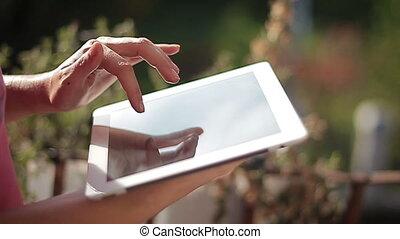 femme, elle, tablette, haut, mains, fin, utilisation