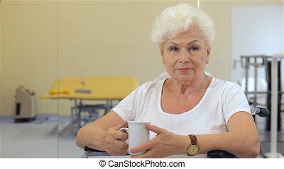 femme, elle, tasse, main, garde, personne agee
