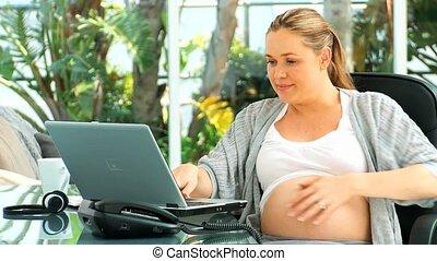 femme enceinte, ordinateur portable, agréable