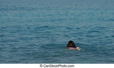 femme, ensoleillé, jeune, longs cheveux, mer, nage, jour