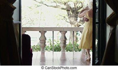 femme, extérieur, vieil homme, danse