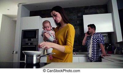femme, famille, jeune, appel téléphonique, tenue, confection, homme, maison, baby.