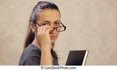 femme, fermé, prendre, met, lunettes