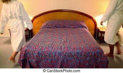 femme, fermé, venir, lit, peignoirs, chambre à coucher, mettre, coverlet, homme
