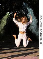 femme, festival, parc, jeune, longs cheveux, sauter, holi, émotif
