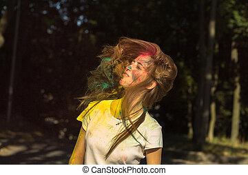 femme, festival, voler, jeune, cheveux, célébrer, holi, adorable
