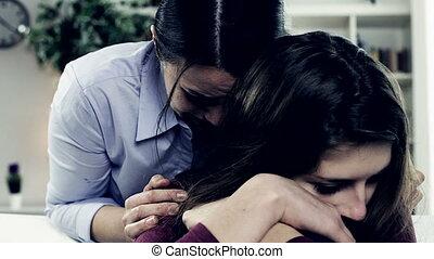 femme, fille, pleurer, étreindre