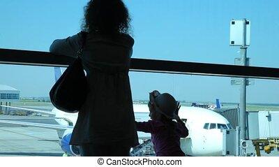 femme, fille, regard, aéroport, fenêtre, silhouettes, par, avions