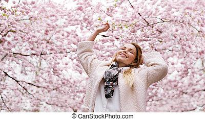 femme, fleur, printemps, parc, jeune, air, frais, apprécier, heureux