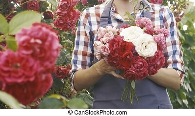 femme, fleurir, bouquet, jardinier, jardin, roses