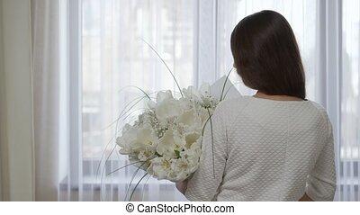 femme, fleurs, blanc, bouquet