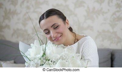 femme, fleurs, bouquet