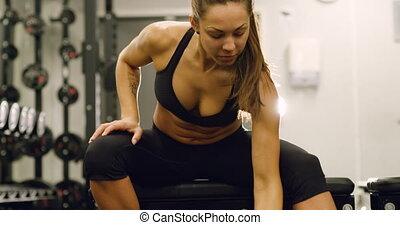 femme, focsued, sain, gymnase, ascenseurs, poids, fitness
