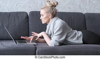 femme, fonctionnement, sofa, ordinateur portatif, blonds, enclin, mensonge, heureux