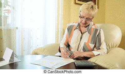 femme, formulaire, impôt, remplissage, mûrir, dehors