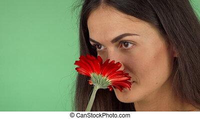 femme, gai, fleur, séduisant, sentir, sourire